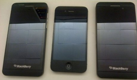 BlackBerry z10 Bersanding dengan Apple iPhone 4s